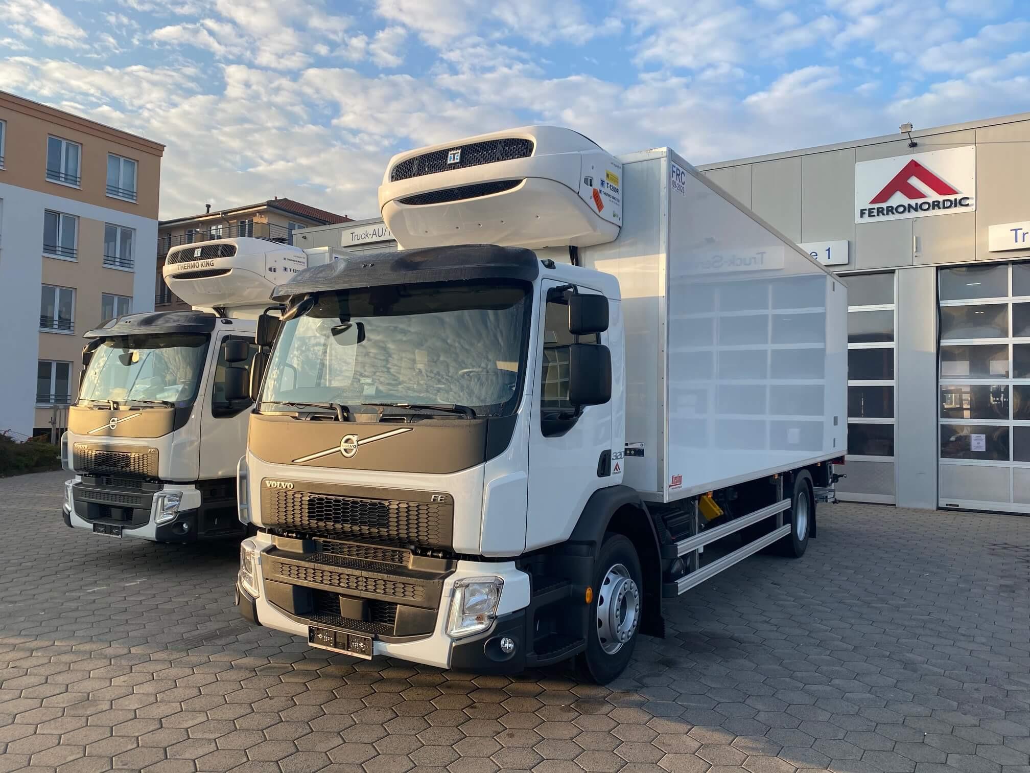 2x Volvo FE320 4x2 Kiesling Kühlkoffer mit Ladebordwand geliefert an Alexandros Miliopoulos Transporte aus Hattersheim.